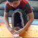 Αυτό το οκτάχρονο παιδί χρησιμοποιεί κρυστάλλινα πλέγματα για να μετατρέψει την αρνητική ενέργεια και εξηγεί πώς λειτουργεί