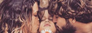 Tα παιδιά μας κατανοούν ως «φυσιολογικό» ό,τι βλέπουν τους γονείς τους να κάνουν