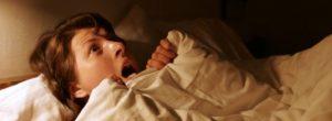 Ακούτε έντονους θορύβους, ουρλιαχτά ή ανεξήγητες φωνές κατά τη διάρκεια του ύπνου; Υπάρχει εξήγηση και θεραπεία