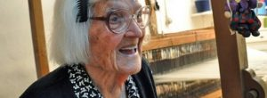"""Η 106 ετών Κυρά της Ικαρίας: """"Έρχονται να με δουν για να μάθουν γιατί ζω ακόμη»."""