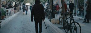 Γιατί αυτός ο εξαγριωμένος νέος προκαλεί το απόλυτο χάος στο διάβα του στον πιο εμπορικό δρόμο των Χανίων;