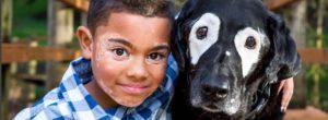 Η ιστορία του αγοριού και του σκύλου που έχουν και οι δύο λεύκη – Συγκίνησαν το Ιντερνετ