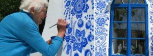 92χρονη Γιαγιά Μετατρέπει Χωριό Σε Έργο Τέχνης Ζωγραφίζοντας Παντού Λουλούδια