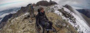 Τα κατάφερε κι ανέβηκε με το αναπηρικό καροτσάκι στην κορυφή του Ολύμπου ο Κύπριος παραπληγικός