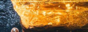 Δείτε τις εκπληκτικές φωτογραφίες μιας σπάνιας στιγμής όπου μια σπηλιά πάγου φωτίζεται από την δύση του ηλίου στην Ισλανδία