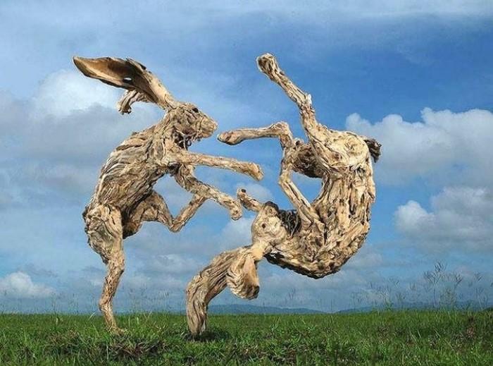 Αποτέλεσμα εικόνας για Ο γλύπτης που δημιουργεί τεράστια γλυπτά με θαλασσόξυλα. Από άλογα και αρκούδες, μέχρι δράκους