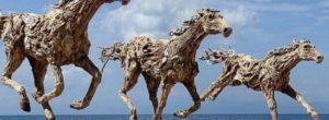 Ο γλύπτης που δημιουργεί τεράστια γλυπτά με θαλασσόξυλα. Από άλογα και αρκούδες, μέχρι δράκους
