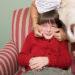 Το παιδί δεν χρωστάει σε κανέναν αγκαλιά. Ούτε καν στις γιορτές