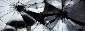 Η Αλήθεια είναι ένας καθρέπτης που σπάστηκε σε άπειρα κομμάτια. Ολόκληρη, δεν την κατέχει κανείς.