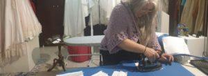 Κορονοϊός: Η μοδίστρα που χαρίζει υφασμάτινες μάσκες στην Καλαμπάκα